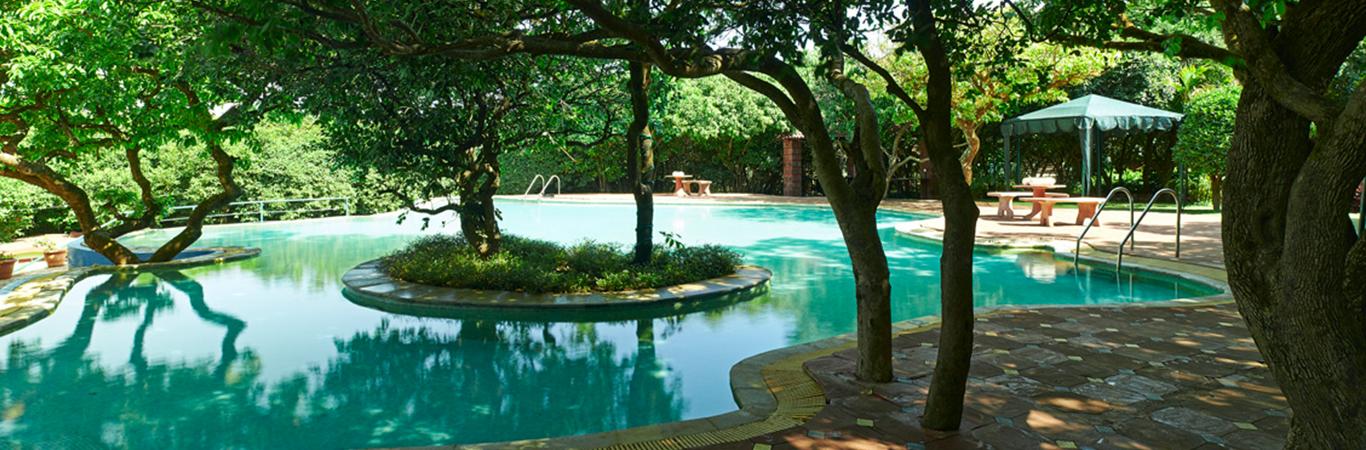 Best luxury resorts in mahabaleshwar holiday tour - Club mahindra kandaghat swimming pool ...